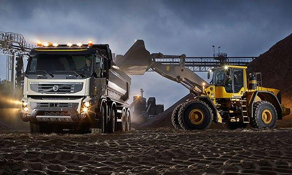Resultado de imagem para motoniveladora e caminhões