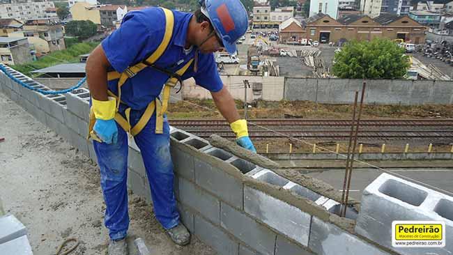 pedreiro-assentar-alvenaria-tijolo-bloco-parede-pedreirao